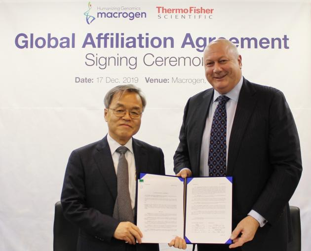 Macrogen CEO Yang Kap-seok (left) and Mark Smedley, Thermo Fisher Scientific's President of genetic sciences